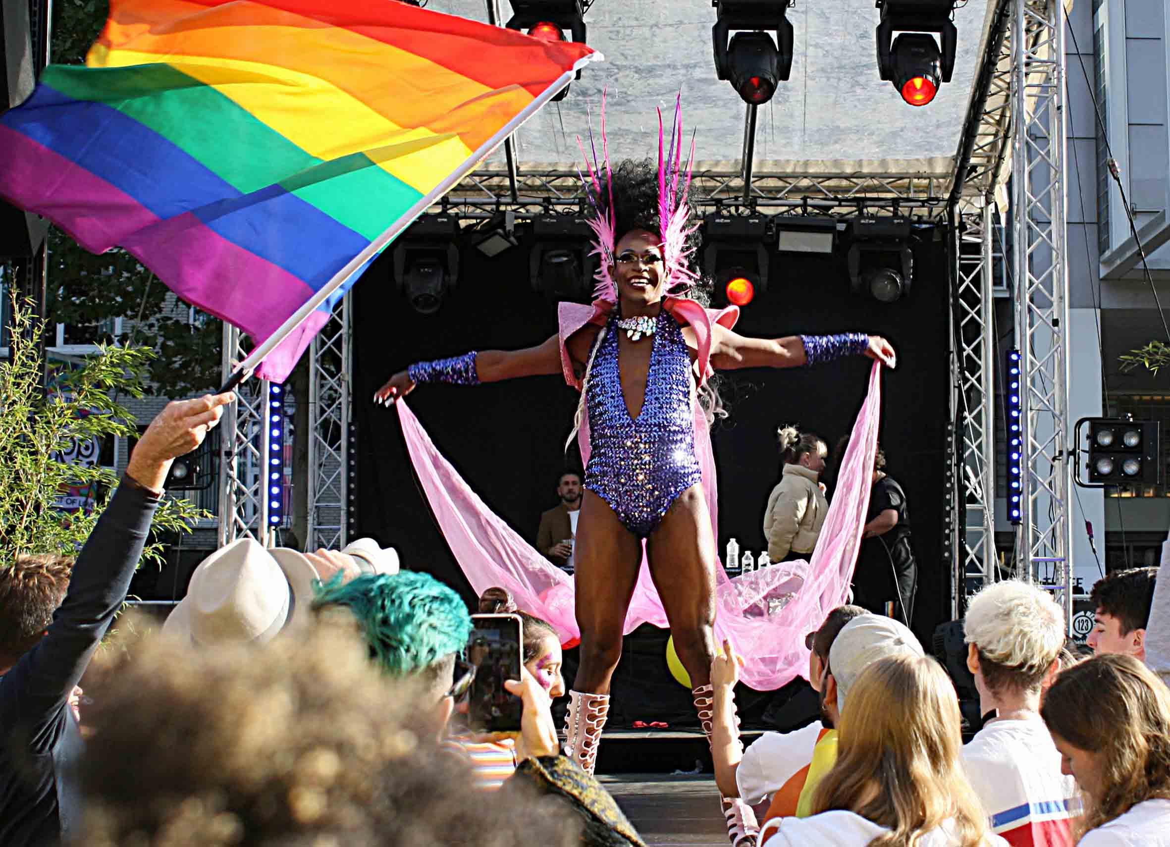 Uit Welke Kast Moeten Biseksuelen Komen Gaykrant